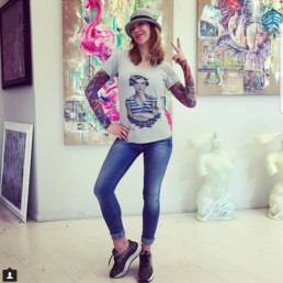 Ludmilla Radchenko indossa una t-shirt donna Paul Cortese