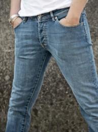 Le gambe di un uomo con le mani in tasca di un paio di jeans Paul Cortese