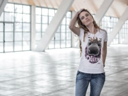 Una ragazza bionda indossa la t-shirt Paul Cortese