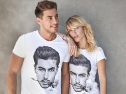 Andrea Denver e una ragazza bionda posano con le t-shirt Paul Cortese