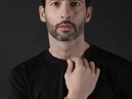 Bracciale in legno Paul Cortese indossato da un uomo