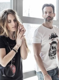 un uomo con t-shirt bianca e una donna con t-shirt nera Paul Cortese